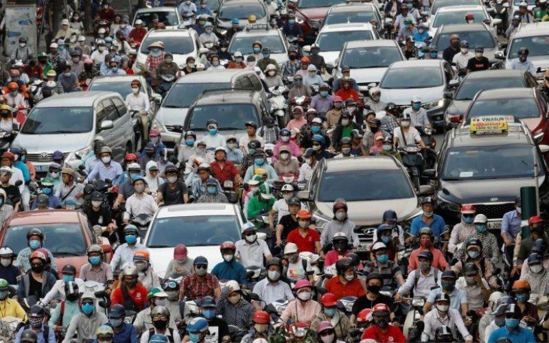 Lalu lintas padat terjadi pada jam sibuk di pagi hari setelah pemerintah melonggarkan penguncian nasional akibat wabah penyakit virus Corona (Covid-19) di Hanoi, Vietnam, Senin (25/5/2020). - Reuters/Kham