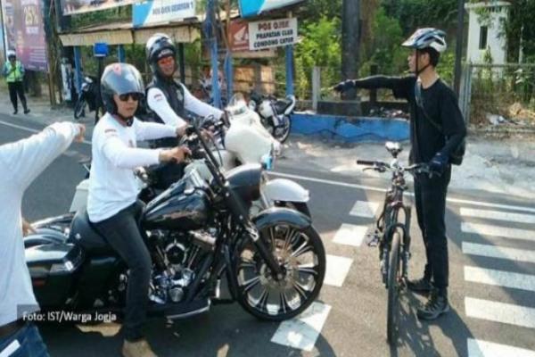 Aksi Elanto ketika mencegat konvoi Moge di perempatan Ringroad Condongcatur. - sorotjogja.com