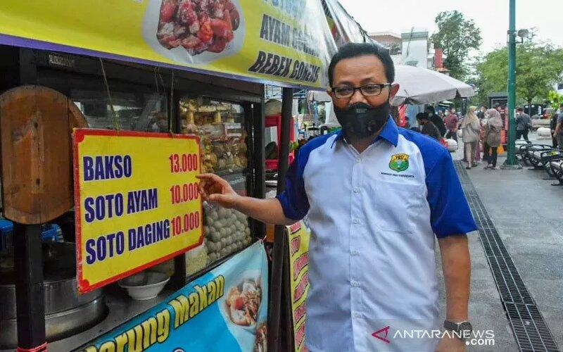 Wakil Wali Kota Yogyakarta, Heroe Poerwadi saat melakukan peninjauan di PKL Malioboro, Sabtu (29/5/2021). - Antara/Humas Pemkot Yogyakarta.