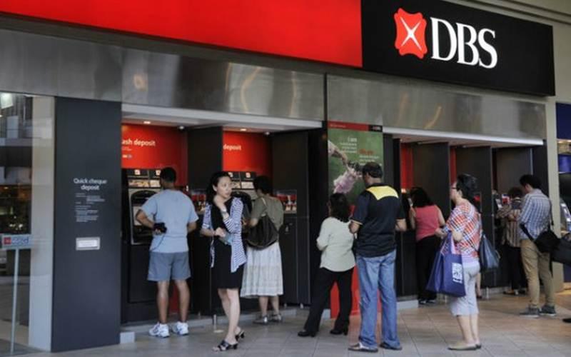 Ilustrasi - Nasabah sedang antre di ATM DBS Bank - Bloomberg.com