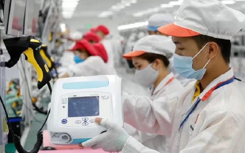 Para buruh bekerja di jalur perakitan untuk memproduksi ventilator di tengah penularan penyakit Covid-19 di pabrik Vsmart Vingroup diluar Hanoi, Vietnam, Senin (3/8/2020). - Antara/Reuters\r\n\r\n