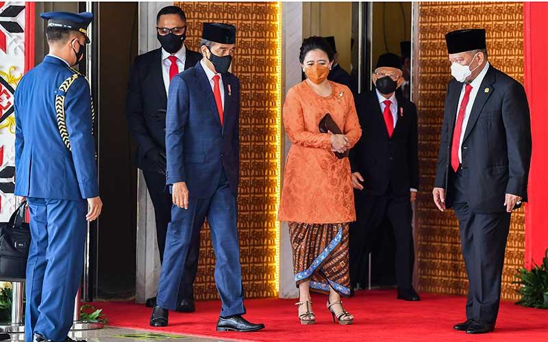 Presiden Joko Widodo (kedua kiri) dan Wakil Presiden Ma'ruf Amin (kedua kanan kanan) didampingi Ketua DPR Puan Maharani (ketiga kanan) dan Ketua DPD La Nyalla Mahmud Mattalitti (kanan) tiba untuk menyampaikan pidato pengantar RUU APBN tahun anggaran 2021 beserta nota keuangannya pada masa persidangan I DPR tahun 2020-2021 di Kompleks Parlemen, Senayan, Jakarta, Jumat (14/8/2020).  ANTARA FOTO - Galih Pradipta
