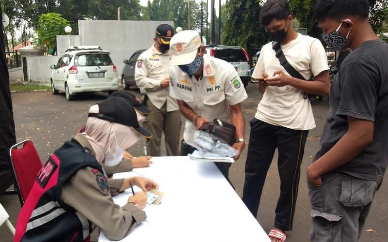 Pelaksanaan tes antigen secara acak kepada masyarakat di Kota Cirebon. - Istimewa
