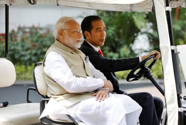 Presiden Joko Widodo (kanan) dan Perdana Menteri India Narendra Modi mengendarai kendaraan golf, di Istana Merdeka, Jakarta, Rabu (30/5/2018). - Reuters/Darren Whiteside