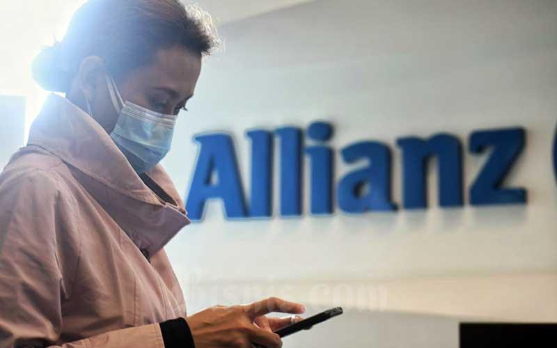 Nasabah beraktivitas di depan logo Allianz di Jakarta, Senin (1/2/2021). Bisnis - Abdurachman