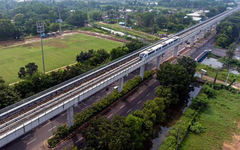 Rangkaian Light Rail Transit (LRT) melintas ANTARA FOTO - Nova Wahyudi\r\n