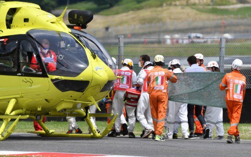 Petugas medis mengevakuasi pebalap Swiss Jason Dupasquier ke helikopter setelah mengalami kecelakan di babak kualifikasi 2 Moto3 Grand Prix Italia di Sirkuit Mugello. (29/5/2021) (ANTARA/AFP - Tiziana Fabi)