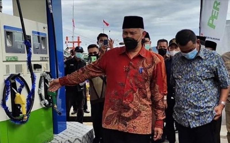 Gubernur Sumbar Mahyeldi (kiri) bersama Bupati Pesisir Selatan Pak Rusma Yul Anwar (kanan) saat meresmikan SPBN di Carocok Tarusan.  - Istimewa