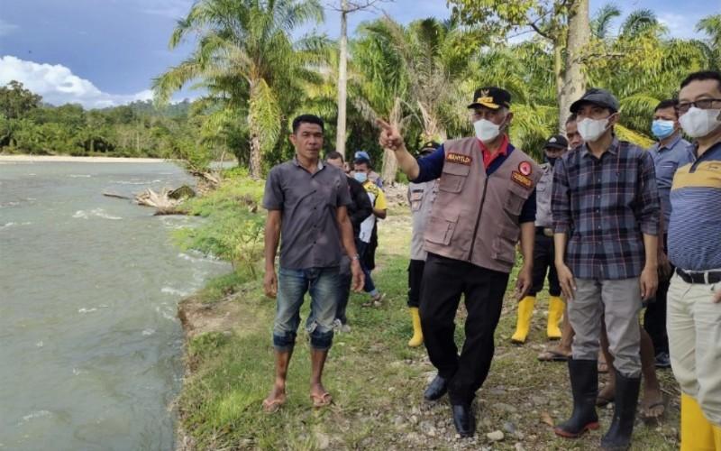 Gubernur Sumbar Mahyeldi (tengah) meninjau kondisi daerah aliran sungai yang ada di Tapan, Kabupaten Pesisir Selatan, yang turut didampingi oleh sejumlah OPD dari Pemprov Sumbar - Istimewa