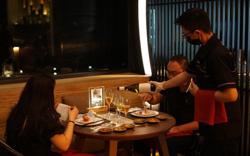 Tamu menikmati sajian wine dengan kualitas premium sambil menyantap menu kuliner yang lezat pada Wine Dinner di di Skydome Lounge and Bar Tulip Holland Resort Batu, Jumat (28/5/2021). - Istimewa