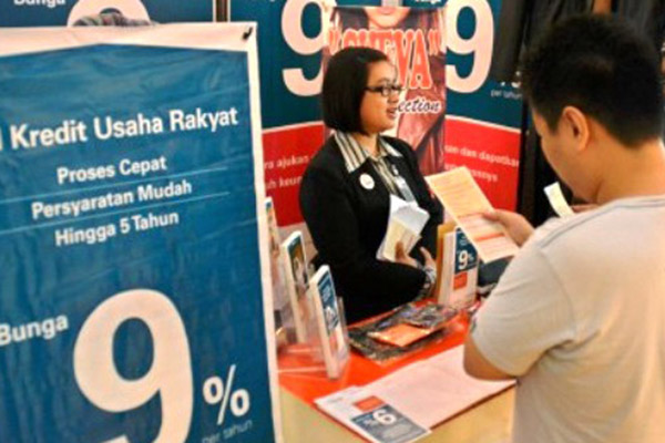 Petugas bank menjelaskan mengenai kredit usaha rakyat (KUR)./Antara - R. Rekotomo