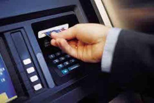 Kartu ATM berbasis chip bisa menghindari masyarakat dari kasus kejahatan perbankan seperti skimming dan pencurian data nasabah - Ilustrasi