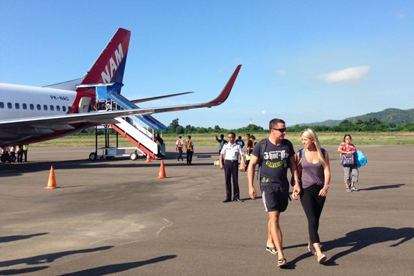 Penumpang turun dari pesawat NAM Air Boeing 737 500 rute Denpasar - Labuan Bajo. - Bisnis.com/Natalia Indah Kartikaningrum