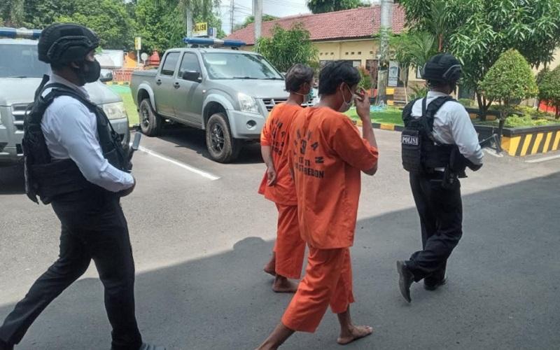Polresta Cirebon menangkap dua pelaku pencuri besi tower saluran udara tegangan tinggi (SUTT) 150 kv milik PLN - Bisnis/Hakim Baihaqi