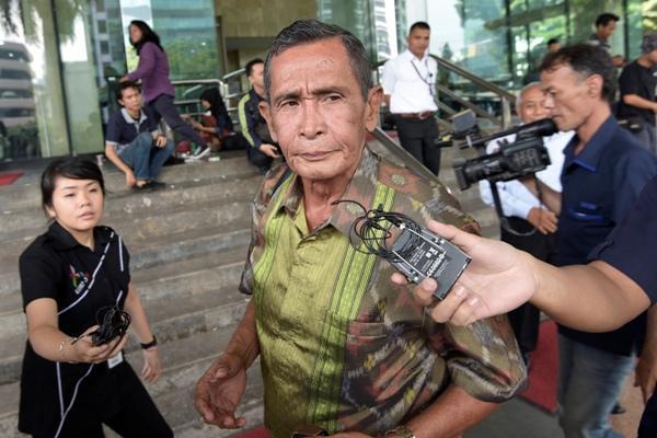 Mantan pimpinan KPK periode 2003-2007 Tumpak Hatorangan Panggabean (tengah) memberikan keterangan kepada wartawan di Gedung KPK, Jakarta, Senin (18/5). - Antara/Sigid Kurniawan
