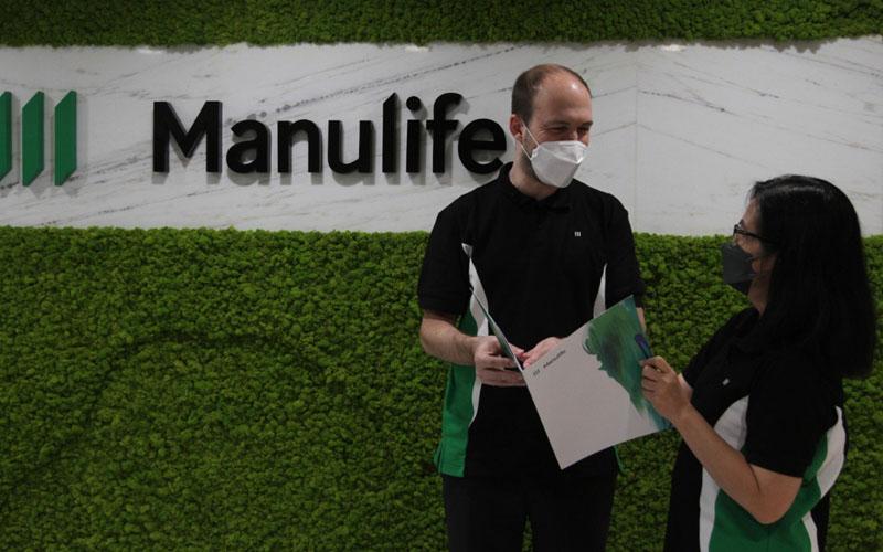 Presiden Direktur & CEO Manulife Indonesia Ryan Charland (kiri) berbincang dengan Direktur dan Chief Financial Officer Meylindawati./Bisnis - Yayus Yuswoprihanto