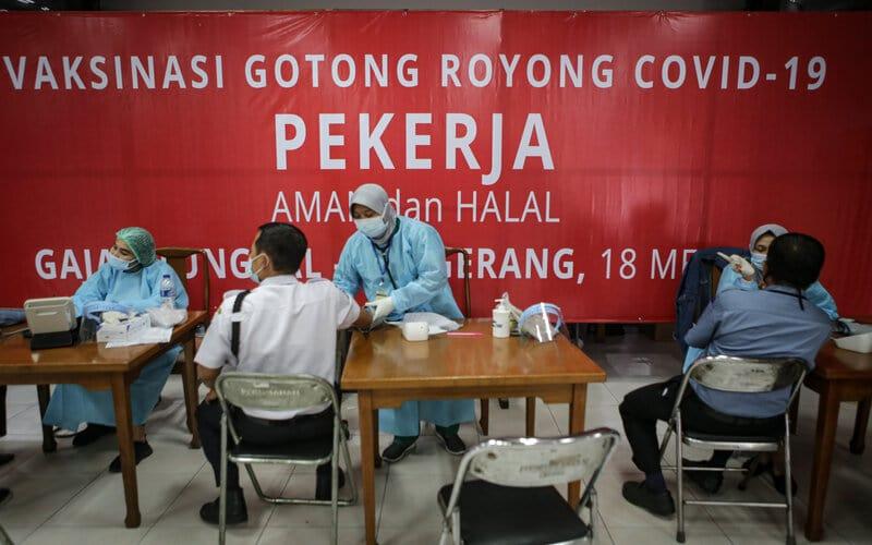 Petugas kesehatan melakukan skrining kesehatan sebelum penyuntikkan vaksin Covid-19 Sinopharm di PT Gajah Tunggal Tbk, Jatiuwung, Kota Tangerang, Banten, Senin (24/5/2021). - Antara/Fauzan.