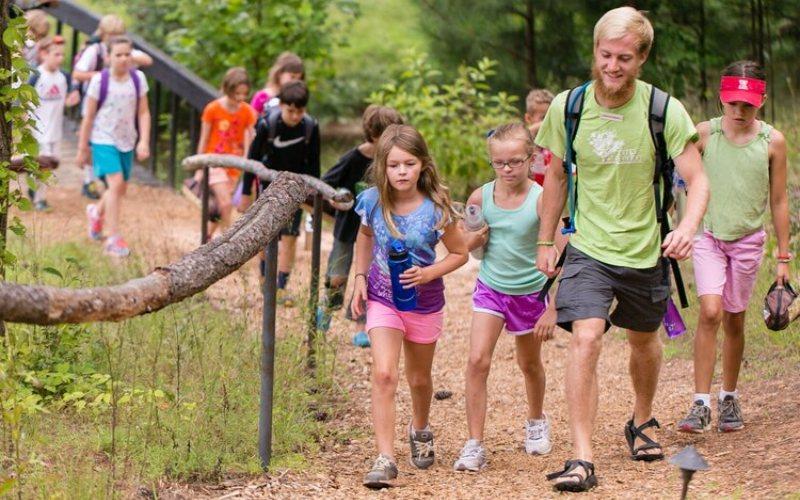 Berkemah di Serenbe. Camp Serenbe bertujuan memastikan setiap anak memiliki waktu hidup bersama dengan alam dan teman.  - Serenbe.com