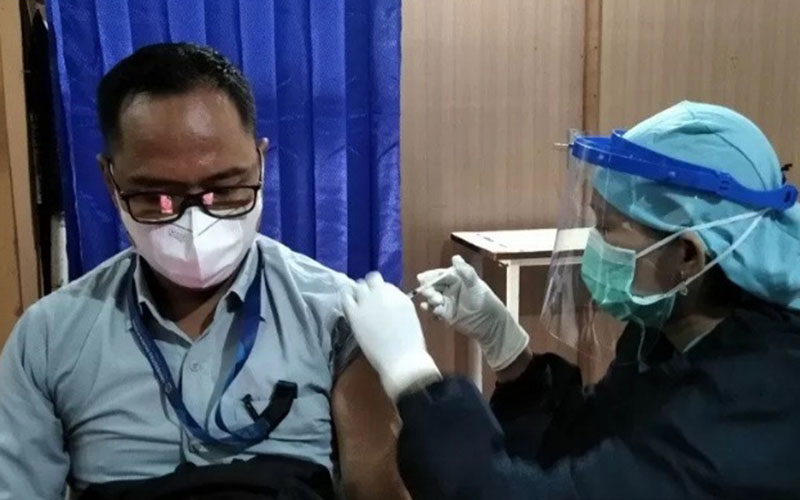 Vaksinasi Covid-19 untuk dosen dan tenaga kependidikan di Universitas Muria Kudus, Jawa Tengah, Senin (24/5/2021)./Antara - Akhmad Nazaruddin Lathif