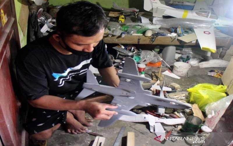 Perajin di Dukuh Beran Desa Kismoyoso, Kecamatan Ngemplak Kabupaten Boyolali, Jawa Tengah, tengah membuat miniatur pesawat terbang, Senin (31/5/2021). - ANTARA/Bambang Dwi Marwoto.