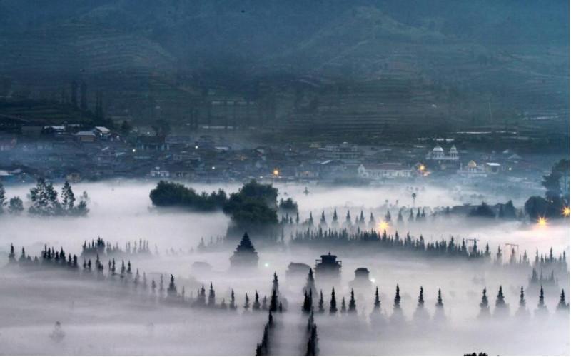 Kabut tipis menyelimuti Kompleks Candi Arjuna di Desa Dieng Kulon, Banjarnegara.  - ANTARA/Tempo
