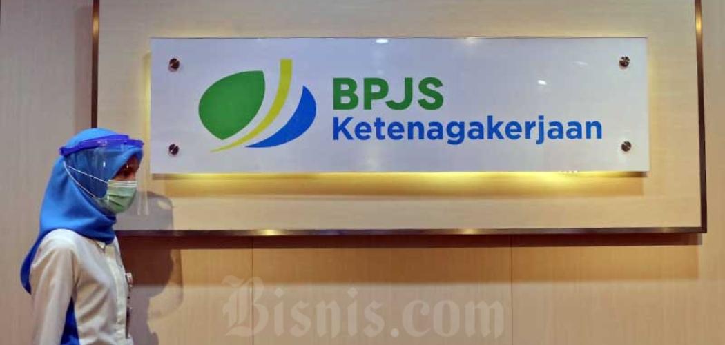 Pegawai melintasi logo BPJS Ketenagakerjaan di Kantor Cabang BP Jamsostek di Menara Jamsostek, Jakarta, Jumat (10/7/2020). - Bisnis/Eusebio Chrysnamurti
