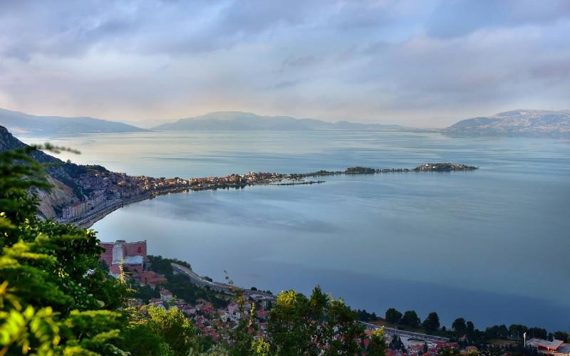 Hotel pantai di wilayah Karaburun, Bodrum, Fethiye, Datca, Selimiye, Bozburun, dan Kekova menyambut pengunjung dengan kebun zaitun dan perairan tenang laut Aegea dan Mediterania.  - Pariwisata Turki