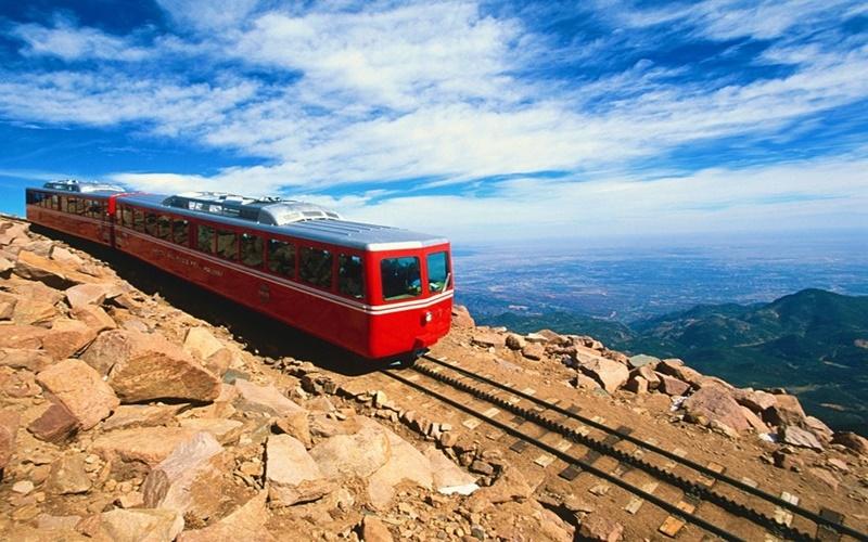 Kereta menuju ke pegunungan Rocky -