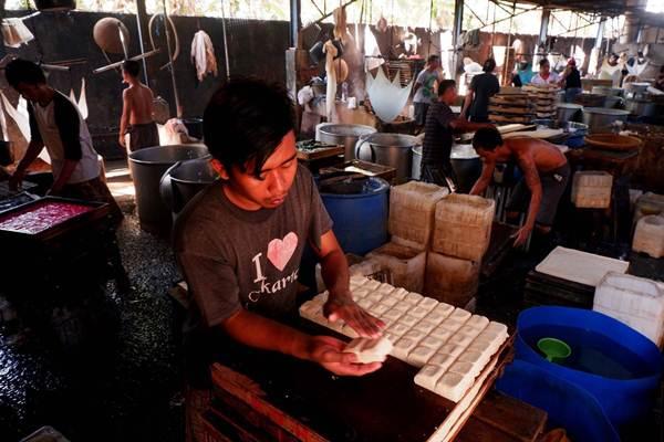 Pekerja menyelesaikan pembuatan tahu di Jakarta, Senin (10/9/2018). - JIBI/Nurul Hidayat