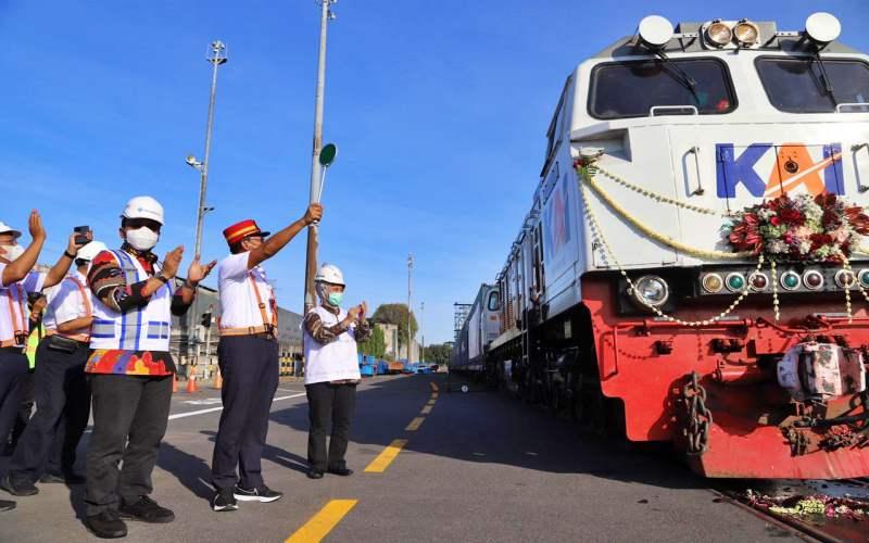 Layanan angkutan logistik kereta api yang menghubungkan Terminal Petikemas Surabaya (TPS) dengan Stasiun Kalimas kembali beroperasi guna meningkatkan daya saing industri logistik dan kepelabuhan nasional.