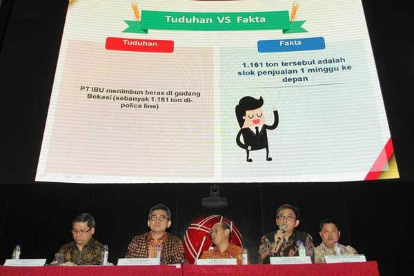 Presdir PT Tiga Pilar Sejahtera Food Tbk Stefanus Joko Mogoginta (kedua kiri) bersama Direktur Budhi Istanto Suwito (kiri), Chief Finance Officer Sjambiri Lioe (ketiga kiri), Independent Director Jo Tjong Seng (kedua kanan) dan Direktur Hendra Adisubrata (kanan) memberikan keterangan pers terkait PT Induk Beras Unggul (IBU) yang dalah kasus dugaan beras oplosan di Bursa Efek Indonesia, Jakarta, Selasa (25/7). - ANTARA/Muhammad Adimaja