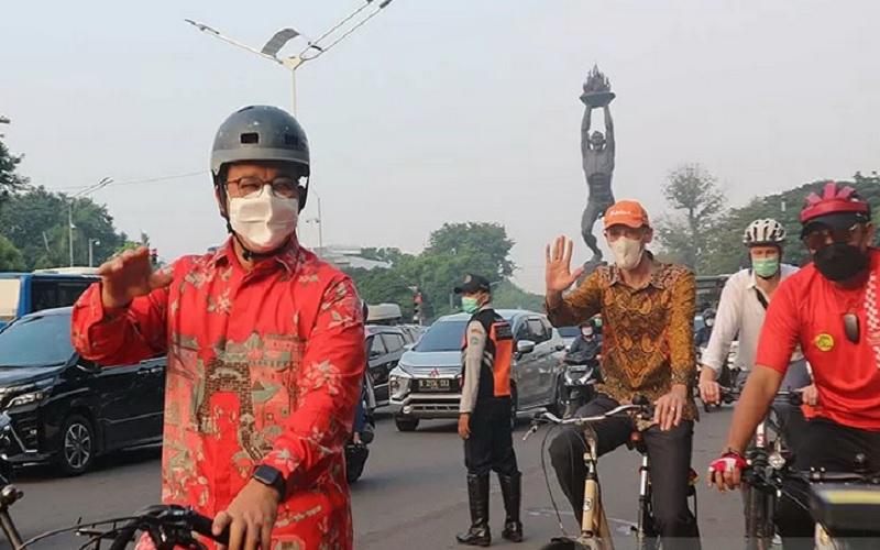 rnGubernur DKI Jakarta Anies Baswedan (baris kiri depan), Duta Besar Belanda Lambert Grijns (baris kiri kedua) beserta rombongan menyapa komunitas sepeda dan masyarakat di Bundaran Senayan, Jakarta Kamis (3/6/2021). Mereka mengikuti kegiatan bersepeda bareng dengan rute Bundaran Senayan, Bendungan Hilir, Dukuh Atas, Bundaran HI, dan Balai Kota Jakarta dalam menyambut Hari Sepeda Sedunia. - Antara\r\n