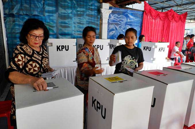 Warga memasukkan surat suara ke dalam kotak saat pemilihan ulang di TPS 35 di Jalan Gereja Medan, Sumatra Utara, Kamis (25/4/2019). - ANTARA/Septianda Perdana