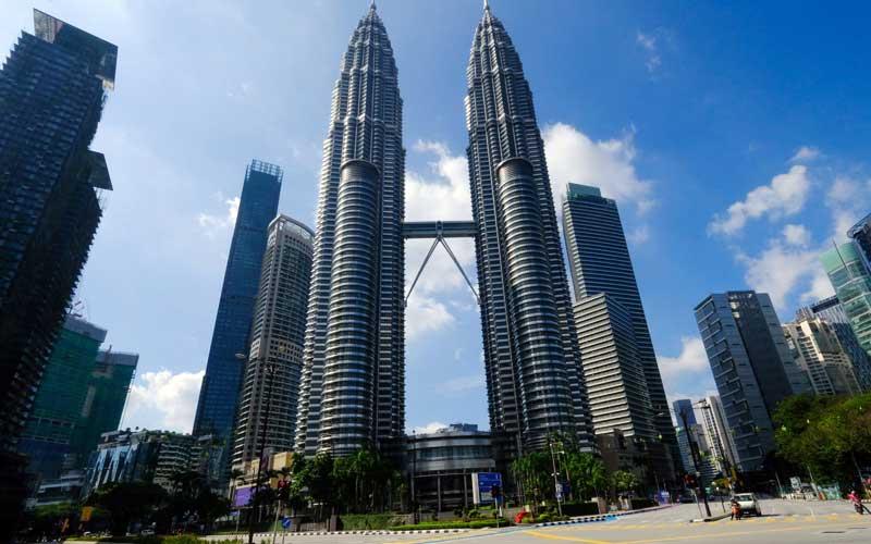 Suasana sepi di sekitar Menara Kembar Petronas di Kuala Lumpur, Malaysia, Selasa (1/6/2021). Malaysia meluncurkan paket US9,7miliar untuk membantu orang dan perusahaan saat lockdown nasional selama dua minggu yang dimulai hari ini. Bloomberg - Samsul Said