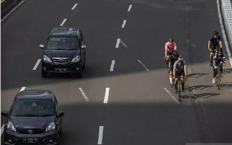 Pesepeda memacu kecepatan saat melintas di Jalan Jenderal Sudirman, Jakarta, Minggu (30/5/2021). - Antara
