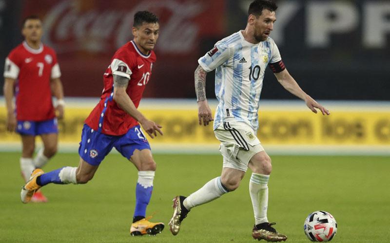 Kapten Timnas Argentina Lionel Messi (kanan) mencoba menembus pertahanan Cile, dikawal gelandang Charles Aranguiz. - Conmebol.com