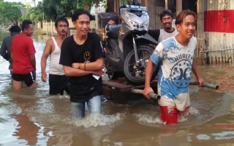 Aktivitas warga Kecamatan Cikarang Timur, Kabupaten Bekasi, Jawa Barat usai dilanda banjir pada Bulan Februari 2021. - Antara\r\n\r\n