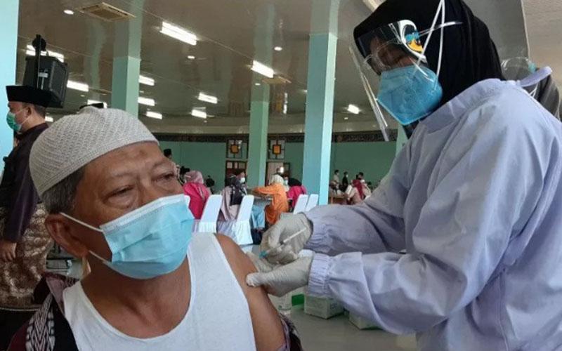 Seorang warga disuntik vaksin Covid-19 di aula Masjid Raya Dompak, Tanjungpinang, Kepulauan Riau, Jumat (26/3/2021). - Antara\r\n\r\n