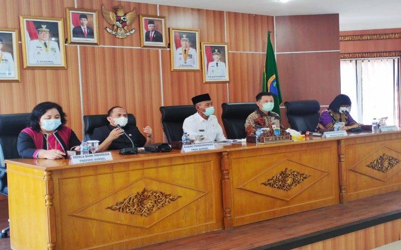 Wakil Bupati Kabupaten OKI M. Dja'far Shodiq (tengah) bersama Kepala OJK Regional 7 Sumbagsel Untung Nugroho (kedua dari kanan) saat pengukuhan Tim Percepatan Akses Keuangan Daerah (TPAKD) OKI. istimewa