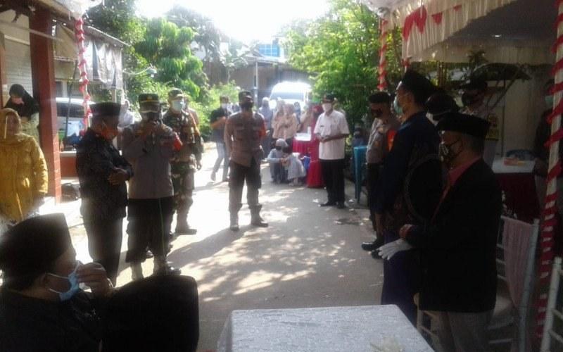 Tim Satgas Covid-19 Kecamatan Bae membubarkan acara resepsi pernikahan di Kecamatan Bae, Kabupaten Kudus, Jawa Tengah, Kamis./Antara - HO/Humas Polres Kudus