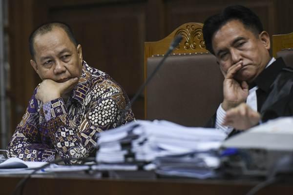 Terdakwa kasus penerbitan Surat Keterangan Lunas (SKL) BLBI Syafruddin Arsyad Temenggung (kiri) mendengarkan keterangan saksi saat menjalani sidang lanjutan di Pengadilan Tipikor Jakarta, Senin (6/8).  - Antara