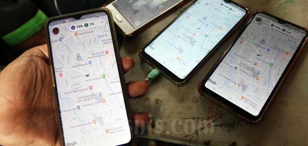 Pengemudi ojek online menunjukan aplikasi digawainya saat menunggu penumpang di kawasan Mayestik, Jakarta, Rabu (18/3/2020). Bisnis - Eusebio Chrysnamurti