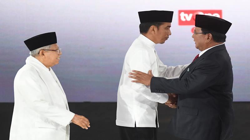 Ilustrasi - Pasangan capres-cawapres nomor urut 01 Joko Widodo (tengah) dan Ma'ruf Amin (kiri) berjabat tangan dengan capres nomor urut 02 Prabowo Subianto seusai mengikuti debat kelima di Hotel Sultan, Jakarta, Sabtu (13/4/2019). - Antara