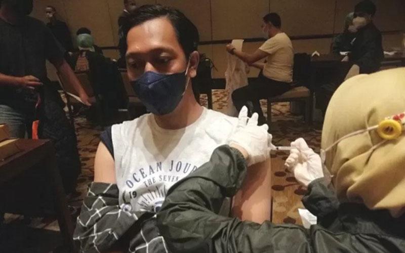 Vaksinasi karyawan hotel dan restoran di Jakarta pada Senin (24/5/2021)./Antara - Adimas Raditya