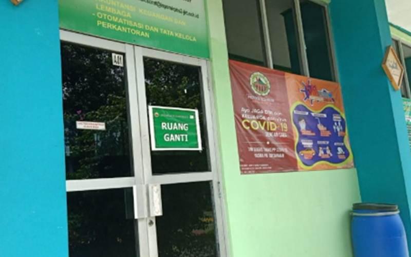 Ruang ganti baju bagi siswa dan guru yang menggunakan kendaraan umum sebelum mengikuti kegiatan belajar tatap muka, Jumat (4/6/2021). - Antara/Anisyah Rahmawati