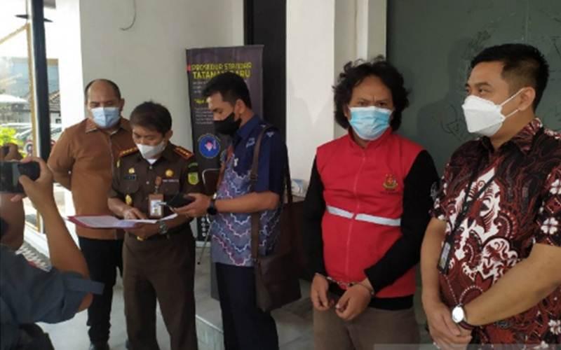Jaksa Kejaksaan Negeri Bandung menangkap buronan selama 8 tahun kasus korupsi di Kantor Kejari Bandung, Kota Bandung, Jawa Barat, Jumat (4/6/2021). - Antara/Bagus Ahmad Rizaldi