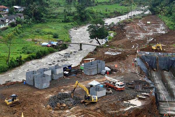 Pekerja menggunakan alat berat menyelesaikan pembangunan Bendungan Ciawi di Kabupaten Bogor, Jawa Barat, Rabu (26/12/2018). - ANTARA/Wahyu Putro A