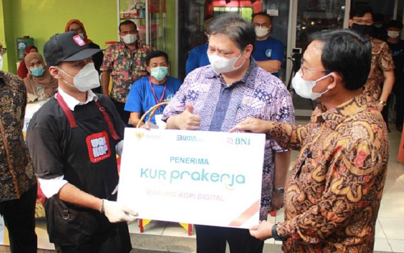 Menko Perekonomian Airlangga Hartanto menemui alumni Kartu Prakerja yang kini menjalankan bisnis Warkop Digital di Bogor, Jawa Barat - Warkop Digital
