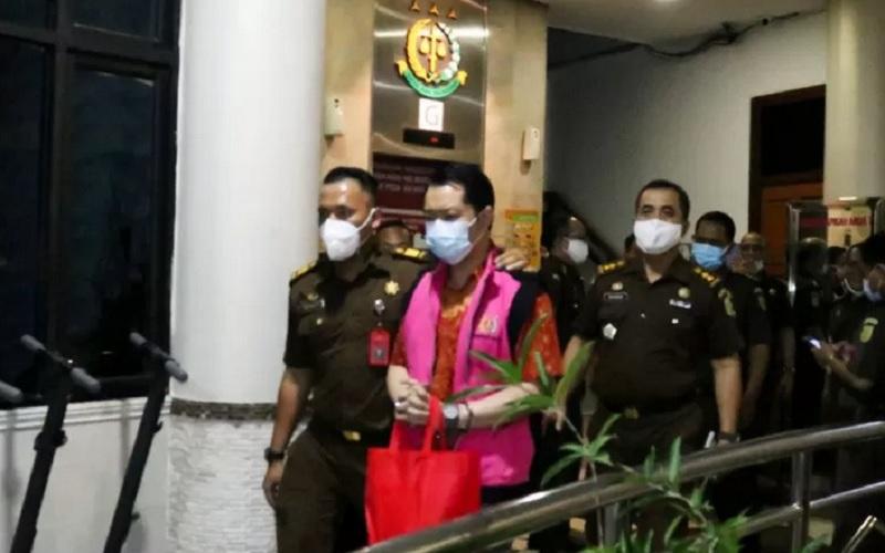 Direktur PT. Jakarta Emiten Investor Relation Jimmy Sutopo (tengah) saat hendak ditahan usai ditetapkan sebagai tersangka dalam kasus korupsi PT. Asabri - Antara