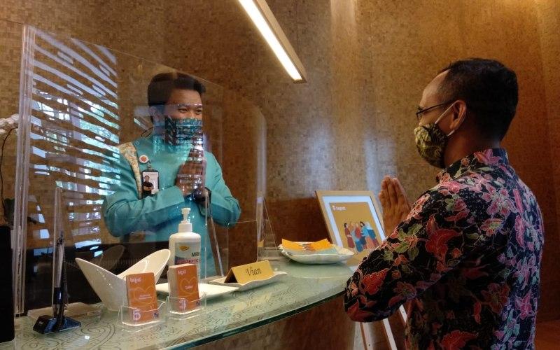 Petugas BTPN Syariah Cabang Semarang menyambut nasabah, dengan memastikan tetap mematuhi protokol kesehatan. - Bisnis/Farodlilah Muqoddam